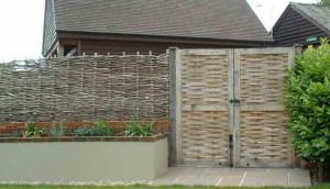 плетеный забор с воротами