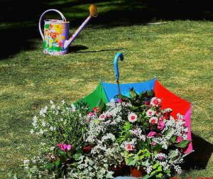 украшение сада при помощи зонтика