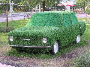 садовая скульптура из старого автомобиля