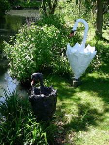 лебеди из зонтиков у садового пруда