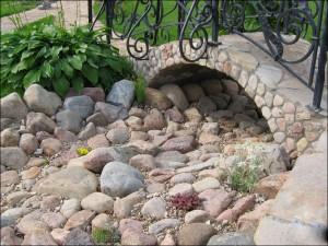 Сухой ручей под каменным мостом