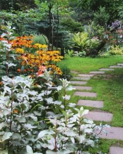 Цветник вдоль каменной дорожки