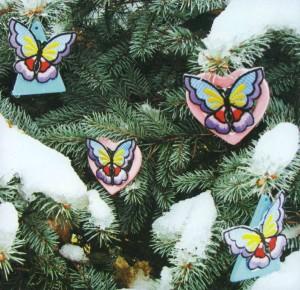 Бабочки своими руками на заснеженной ели
