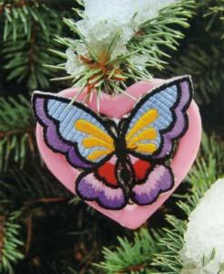 Бабочка на серьге в форме сердечка
