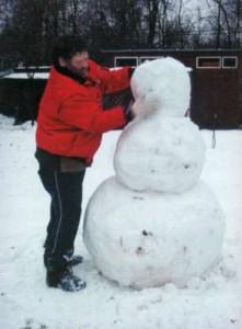 Завершение создания снежной скульптуры
