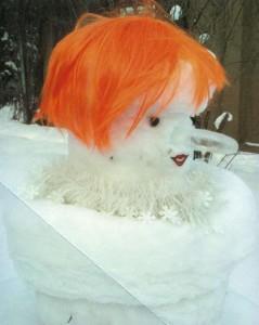 Забавный снеговик в парике