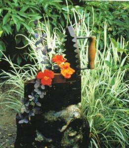Утюг как украшение сада