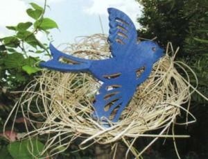 Синяя птица на дачной клумбе