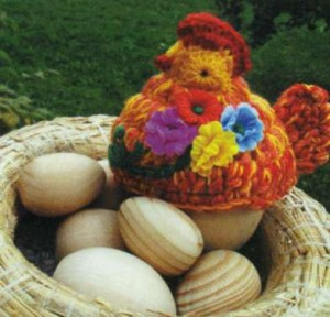 Вязаная курица в гнезде