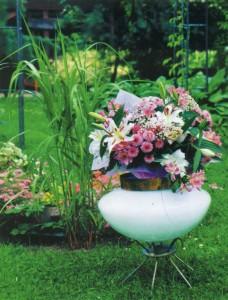 Садовая ваза на дачном участке