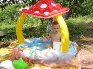 Купание в бассейне на даче