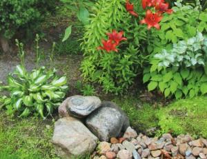 Декор клумбы при помощи камней
