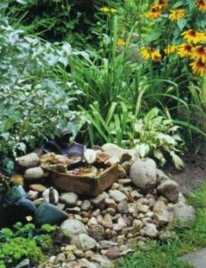 Украшенный галькой садовый цветник