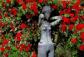 Садовая скульптура среди монарды