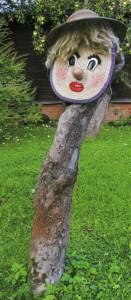 Садовая скульптура Девушка и пень