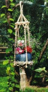 Подвесное плетеное кашпо