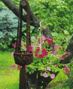 Коричневое кашпо в саду
