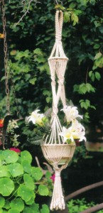 Белое плетеное кашпо с лилиями