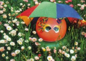 Скульптура под ярким зонтиком