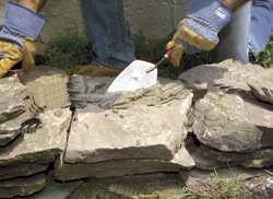 Начало процесса укладки камней
