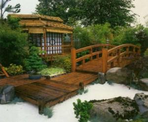 Декоративный мост на загородном участке