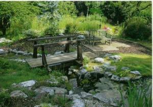 Плоский мост с деревянными перилами