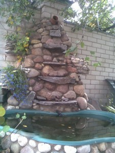 Дачный пруд с фонтаном