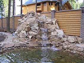 Декоративный водопад рядом с оградой