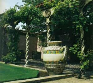 Декоративная ваза в саду