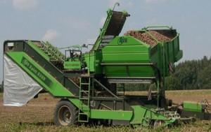 Процесс уборки урожая при помощи комбайна