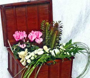 Декоративный сундук с цветами