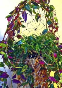 Цветочная композиция с декоративной паутиной