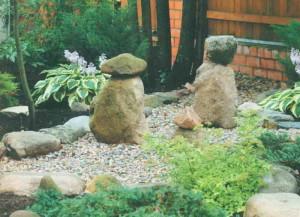 Декор из камня на садовой клумбе