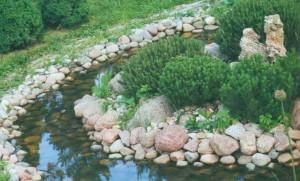 Украшение садового ручейка