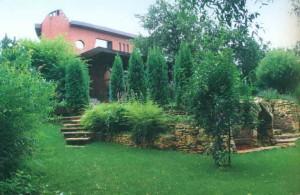 Зеленая площадка перед домом