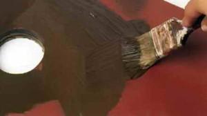Влажную краску наносят металлическим шпателем
