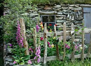 Декоративный забор в саду