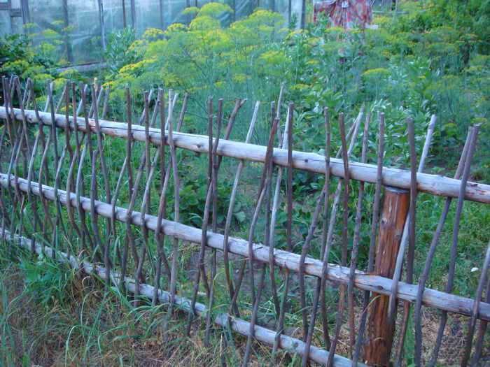 Забор своими руками из подручного материала